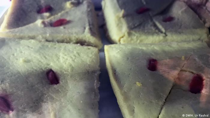 Bangladesch Piুtha und andere berühmte Snacks (DW/H. Ur Rashid)
