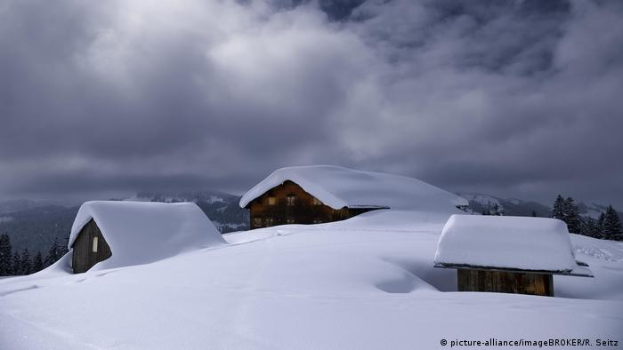 Спричинений снігом хаос на півдні Німеччини та в Австрії триває. Через заблоковані снігом дороги лише в австрійській землі Зальцбург станом на 14 січня близько 17 тисяч осіб відрізані від зовнішнього світу. Внаслідок снігопадів не дістатись і до популярних гірськолижних курортів в Тіролі та Форальбергу, серед яких Ішгль, Лех, Зельден та Цюрс.