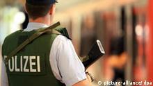 Ein mit einer Maschinenpistole bewaffnet und einer Schutzweste ausgestatteter Polizist patroulliert am Samstag (19.09.2009) im S-Bahnhof des Airport Hamburg. Gut eine Woche vor der Bundestagswahl wurden an Flughäfen und auf Bahnhöfen die Sicherheitsmaßnahmen verschärft. Im Internet ist ein gegen Deutschland gerichtetes Drohvideo der islamistischen Terrororganisation El Kaida aufgetaucht. Foto: Bodo Marks dpa/lno +++(c) dpa - Bildfunk+++