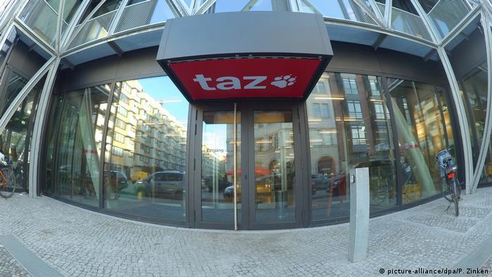 Deutschland Berlin | taz-Redaktion Plakataktion der Identitären Bewegung (picture-alliance/dpa/P. Zinken)