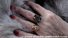 Symbolbild Hand einer alten Frau auf einem Pelzmantel