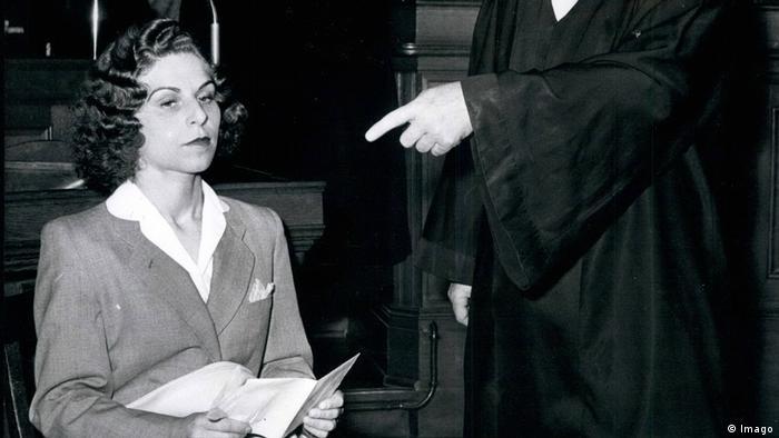 Stella Kübler sitzt neben einem Mann in Robe (Imago)