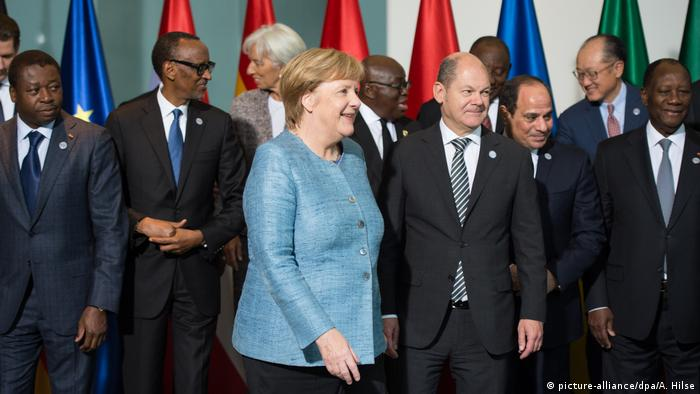 Merkel together with African leaders at the 2018 Compact with Africa meeting (picture-alliance/dpa/A. Hilse)