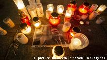 Picture of Pawel Adamowicz surrounded by candles (picture-alliance/NurPhoto/K. Dobuszynski)