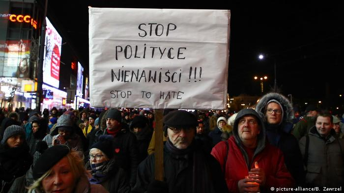 Man holding a sign reading 'stop political hatred' at a march in Warsaw, January 14 (picture-alliance/B. Zawrzel)