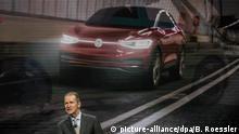 14.01.2019, USA, Detroit: Herbert Diess, Vorstandsvorsitzender von Volkswagen während der Pressekonferenz auf der Messe vor der Animation eines ID Crozz. Foto: Boris Roessler/dpa   Verwendung weltweit