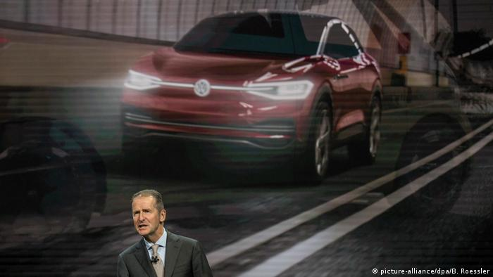USA: Automesse in Detroit: Herbert Diess vor der Animation eines ID Crozz (picture-alliance/dpa/B. Roessler)