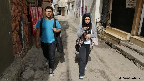 We work as a team and come up with ideas and topics. How do we find them? Mainly through observation. We live in the Shatila camp ourselves so we have the same issues and concerns as our audience. That's why we're called citizen journalists. (DW/O. Ahmad)