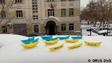Moskau, Papierschiffchen mit den Namen von ukrainischen Seeleuten vor dem Gerichtsgebäude in Lefortowo