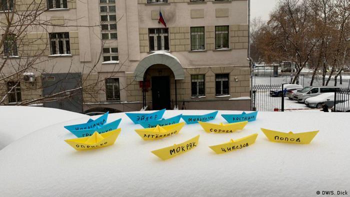 Паперові кораблики з іменами українських моряків перед будівлею суду в Москві