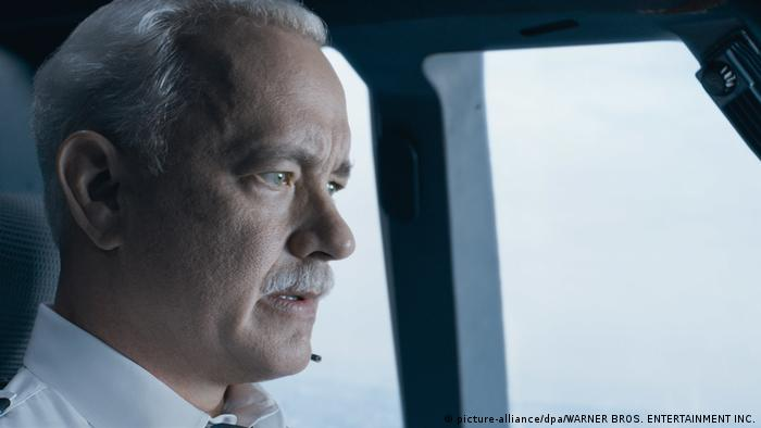 Filmstill with Tom Hanks as Sully (picture-alliance/dpa/WARNER BROS. ENTERTAINMENT INC.)