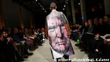 Bild des Tages mit Deutschlandbezug Fashion Week Berlin Trump-Mantel