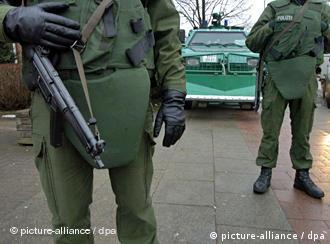 Polizisten mit Maschinenpistole und Schutzweste