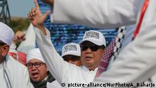 Indonesia's 2019 Presidential candidate Prabowo Subianto gesturing his campaign number for Indonesia's 2019 Presidential election on the commemoration of '212' defending Islam in Jakarta, Indonesia on December 2, 2018. 212 rallies held on 2 December 2016 demanding the arrest of previous Jakarta's Governor Basuki Ahok Tjahaja Purnama on blasphemy charges. (Photo by Anton Raharjo/NurPhoto)   Keine Weitergabe an Wiederverkäufer.
