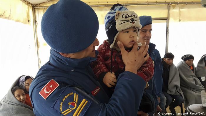 Türkei Küstenwache mit geretteten Flüchtlingen in der Ägäis
