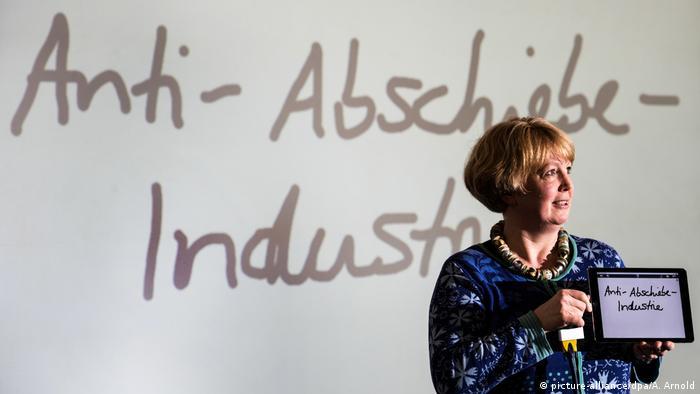 Unwort des Jahres 2018 Anti-Abschiebe-Industrie (picture-alliance/dpa/A. Arnold)