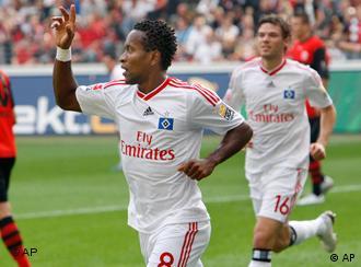 Das 1:0 durch Ze Roberto (m.) reichte dem HSV nicht (Foto: AP Photo/Michael Probst)