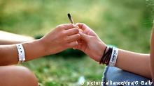 Jugendliche Kiffen Joint Pot Marihuana (picture-alliance/dpa/G. Bally)