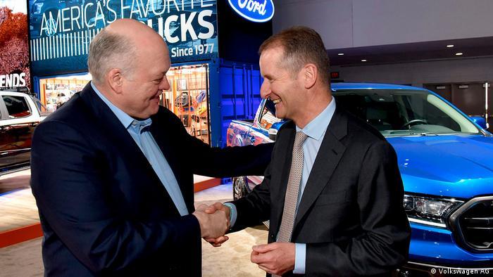 Керівники Ford Хакетт (л) та шеф VW Дісс у Детройті
