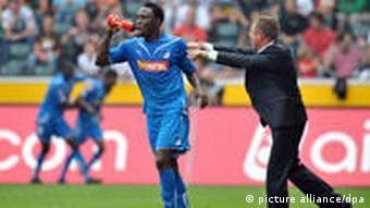 Diesmal muss Trainer Rangnick (r.) auf Stürmer Obasi verzichten. (Foto: dpa)