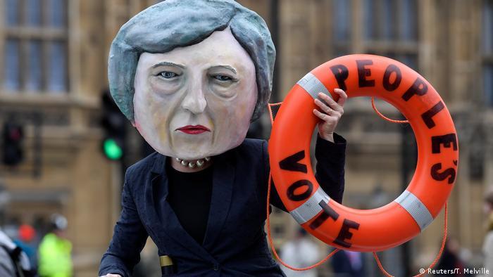 Algunos británicos esperan que la primera ministra les tire un salvavidas. El Gobierno alemán sale, por lo pronto, al rescate con informaciones sobre la situación de los británicos en Alemania.