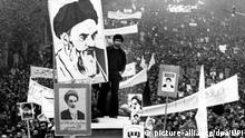 Etwa eine Millionen Iraner demonstrieren während eines Marsches in Teheran am 10.12.1978 für den im Exil lebenden Revolutionsführer Ajatollah Khomeini. Die Demonstrierenden machten auf dem friedlichen aber emotionsgeladenden Marsch in der iranischen Hauptstadt Teheran ihrem Hass auf den Schah Luft und zeigtenmit Transparenten und Bildern ihre Treue zu dem Revolutionsführer Khomeini. |