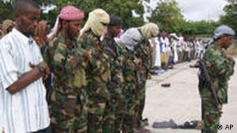 Somalia Islamist fighters perform Eid Al-Fitr prayers as thousands of residents gathered in Southern Islamistische Kämpfer beten in Mogadishu (AP Photo/ Farah Abdi Warsameh)
