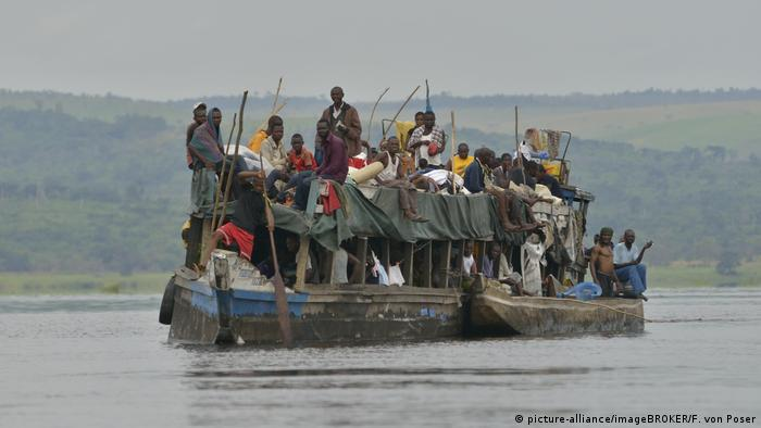Symbolbild Überfülltes Schiff auf dem Kongo-Fluss, Provinz Bandundu, Kongo