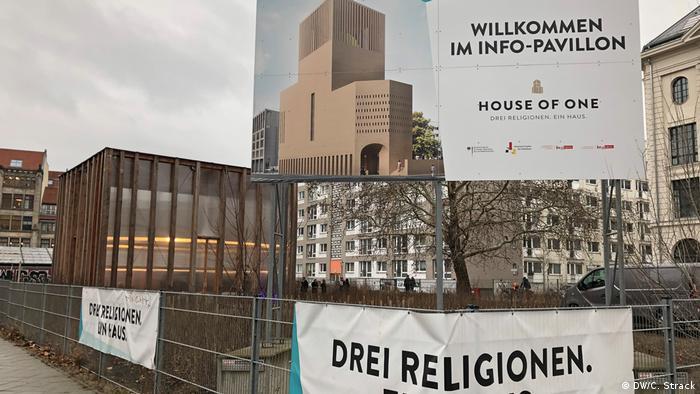 Painel de informações no local de construção da House of One em Berlim.