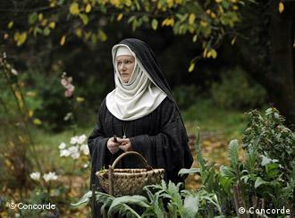 Barbara Sukowa als Hildegard v. Bingen mit Nonnentracht im Kräutergarten