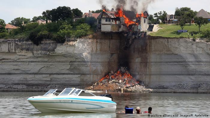 USA Texas Gebäudebrand am Lake Whitney (picture-alliance/AP Images/R. Aydelotte)
