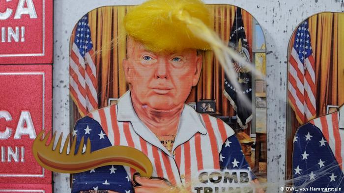 Souvenir inspirado em Donald Trump convida a pentear o cabelo do presidente americano