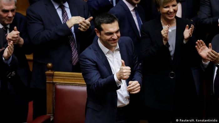 Tsipras gives the thumbs up after winning the confidence vote (Reuters/A. Konstantinidis)