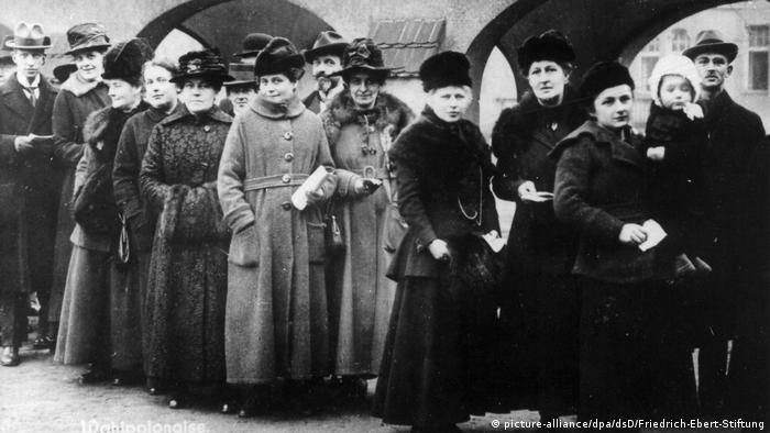 Zum ersten Mal dabei: Frauen stehen am 19. Januar 1919 vor einem Wahllokal Schlange (picture-alliance/dpa/dsD/Friedrich-Ebert-Stiftung)