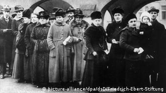 Вперше в Німеччині жінки голосують на парламентських виборах у 1918 році