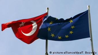 Türkische und EU-Flagge in Istanbul (picture-alliance/dpa/T. Bozoglu)
