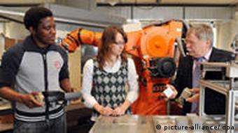 Studenten aus Kamerun und Deutschland an der Hochschule Furtwangen University in Villingen-Schwenningen (Foto: dpa)