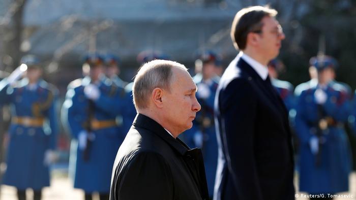 Serbien, Belgrad: Der russische Präsident Wladimir Putin steht neben dem serbischen Präsidenten Aleksandar Vucic auf dem Friedhof der Befreier (Reuters/G. Tomasevic)