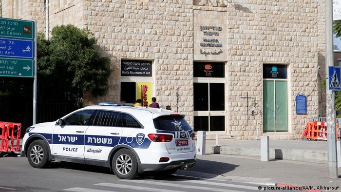 Вхід до музею охороняє поліція