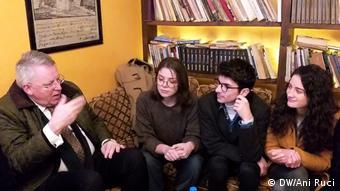 Albanien DW-Intendant Peter Limbourg im Gespräch mit protestierenden Studenten in Tirana (DW/Ani Ruci)