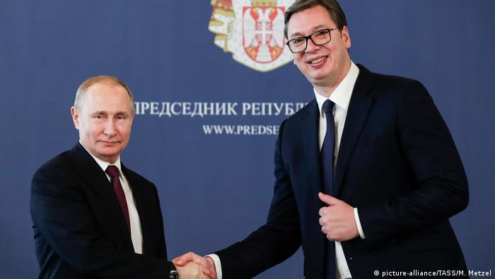 Владимир Путин и Александар Вучич жмут друг другу руки в Белграде