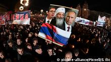 People gather in front of the Serbian Orthodox Temple of St. Sava in Belgrade to welcome Russian President Vladimir Putin (picture-alliance/Pixsell/S. Ilic)