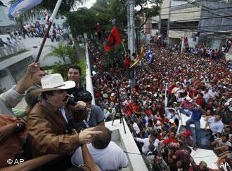 Präsident Manuel Zelaya spricht von einem Balkon der brasilianischen Botschaft mit seinen Anhängern (Foto: AP)