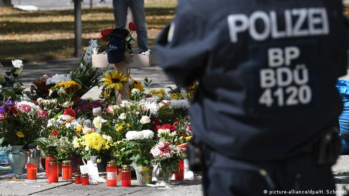 A police officer at a memorial in Chemnitz for knife attack victim Daniel H. (picture-alliance/dpa/H. Schmidt)