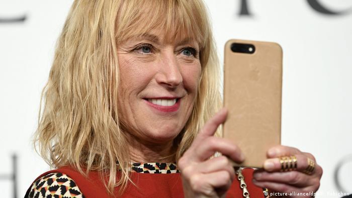 Cindy Sherman mit blonden Haaren und Smartphone (picture-alliance/dpa/F. Robichon)