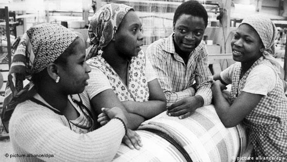 Moçambicanas durante uma formação de indústria téxtil na empresa estatal VEB Frottana Großschönau (Löbau-Zittau) em Março de 1983