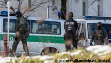 Police respond to a hostage situation at a hospital in Deggendorf, Germany (picture-alliance/dpa/A. Weigel)