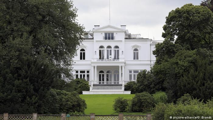 The white Villa Hammerschmidt is pictured between trees (picture-alliance/O. Brandt)
