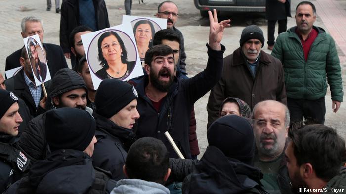 Anhängerin der pro-kurdischen HDP hält ein Bild von der inhaftierten Gesetzgeberin Leyla Güven