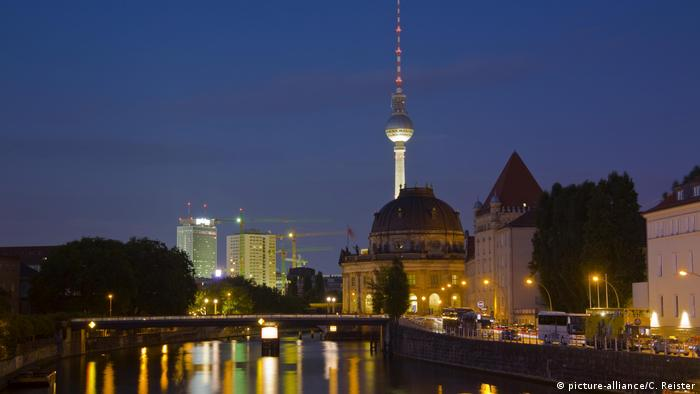 Berlin: Museum Island on the Spree with Bodemuseum and the television tower (picture-alliance/C. Reister)